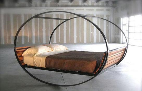 Практичная кровать с круглым каркасом из металла