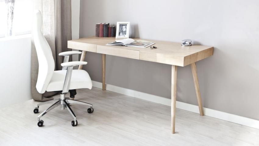 Практичная рабочая зона с деревянным столом