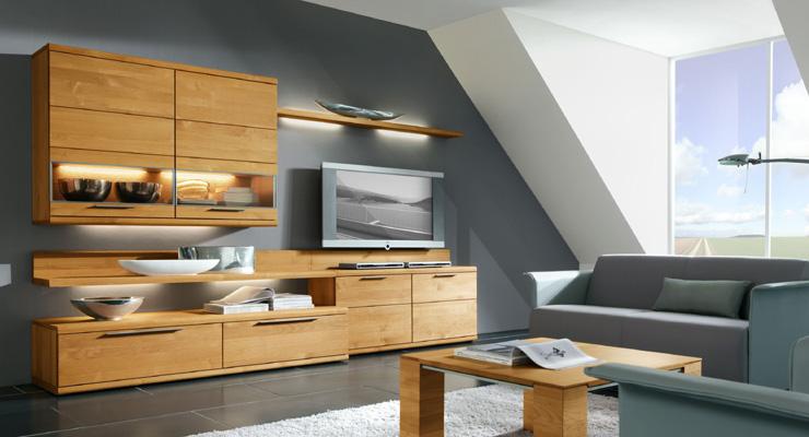 Практичные полки светлых тонов для гостиной комнаты