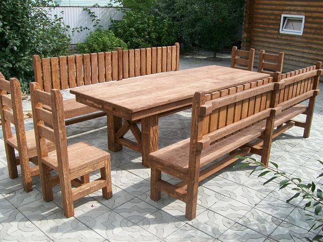 Практичые столы для обустройства веранды