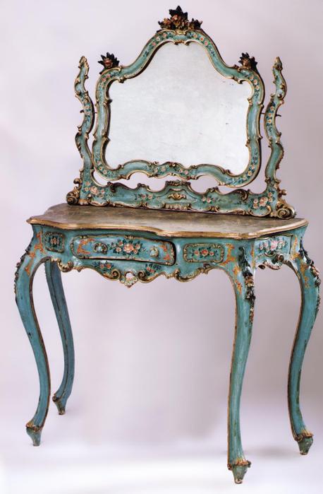 Предметы старинной мебели в стиле рококо