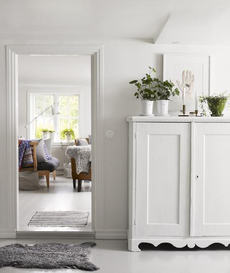 Пример белой корпусной мебели