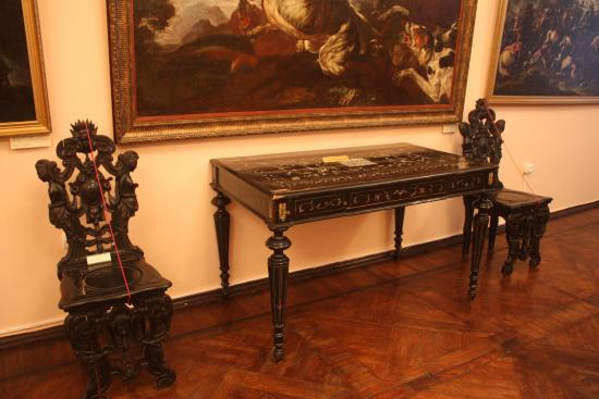 Пример резной практичной мебели