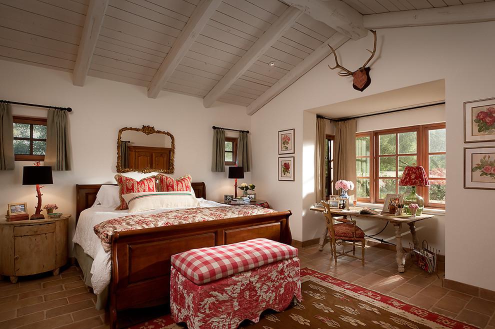 Просторная большая кровать в интерьере спальни