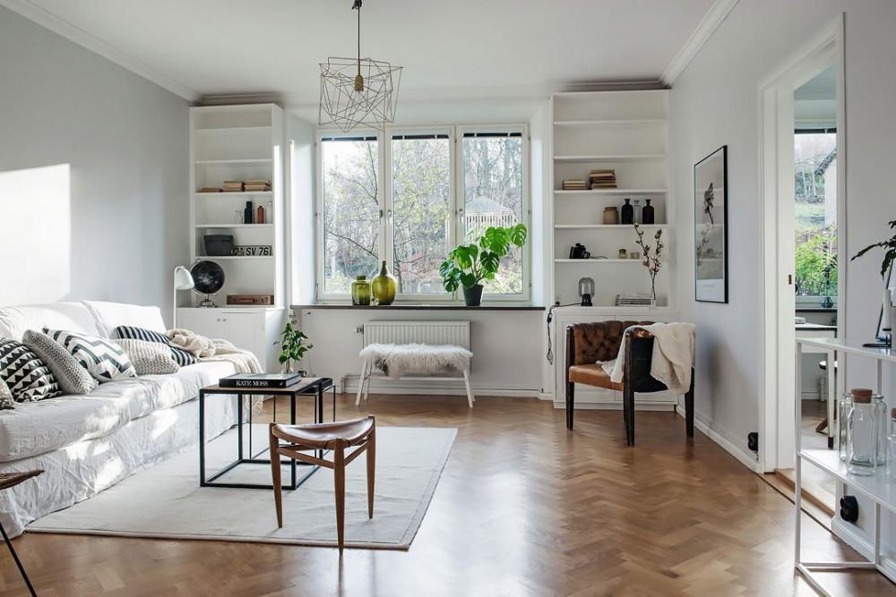 Просторная красивая гостиная комната