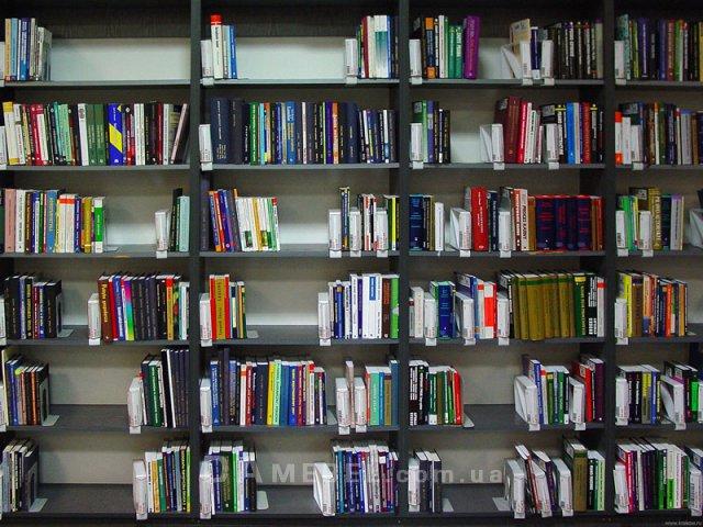 Просторные открытые полки для размещения книг