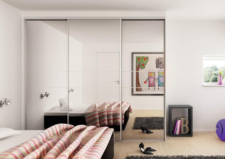 Сделать комнату зрительно больше, выше и светлее можно с помощь шкафа с зеркальными фасадами
