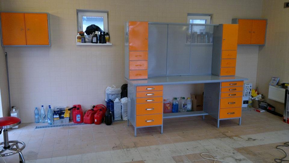 Серо-оранжевая металлическая мебель