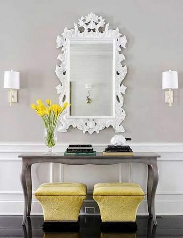 Серый стол с пуфиками