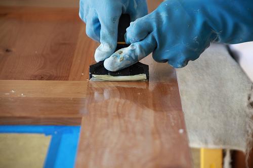 Снять старое покрытие на мебели
