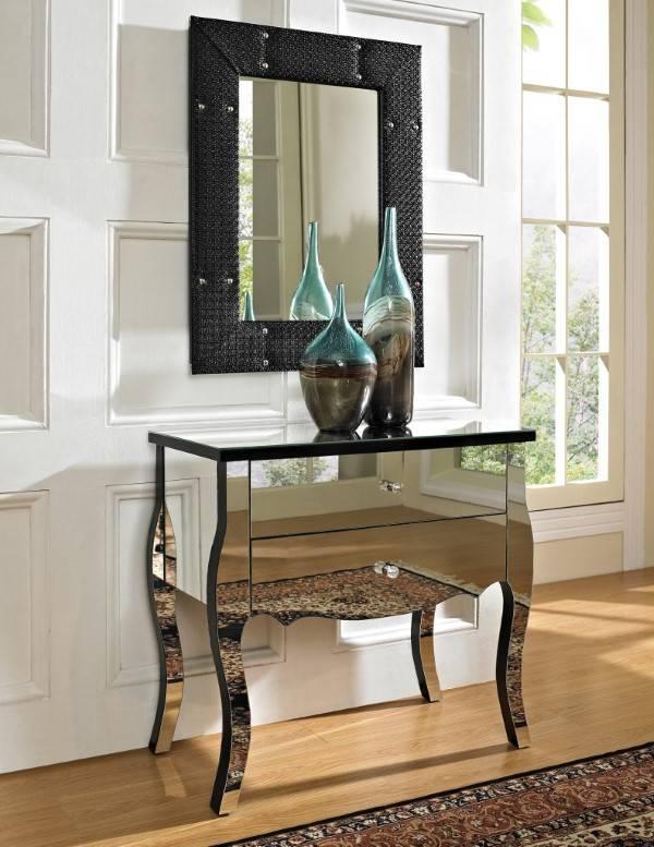 Сочетание зеркальной мебели и черного декор