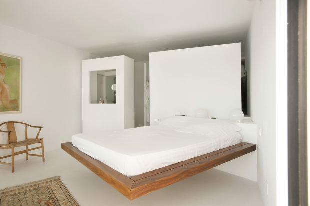 Спальня с оригинальной кроватью