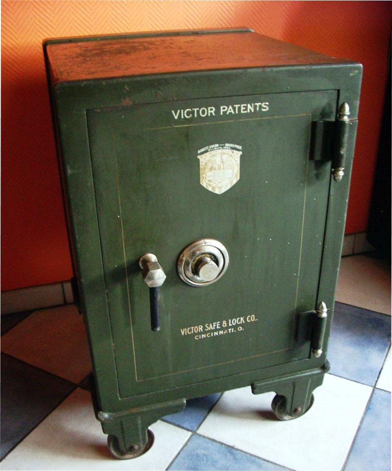 Старинный красивый сейф