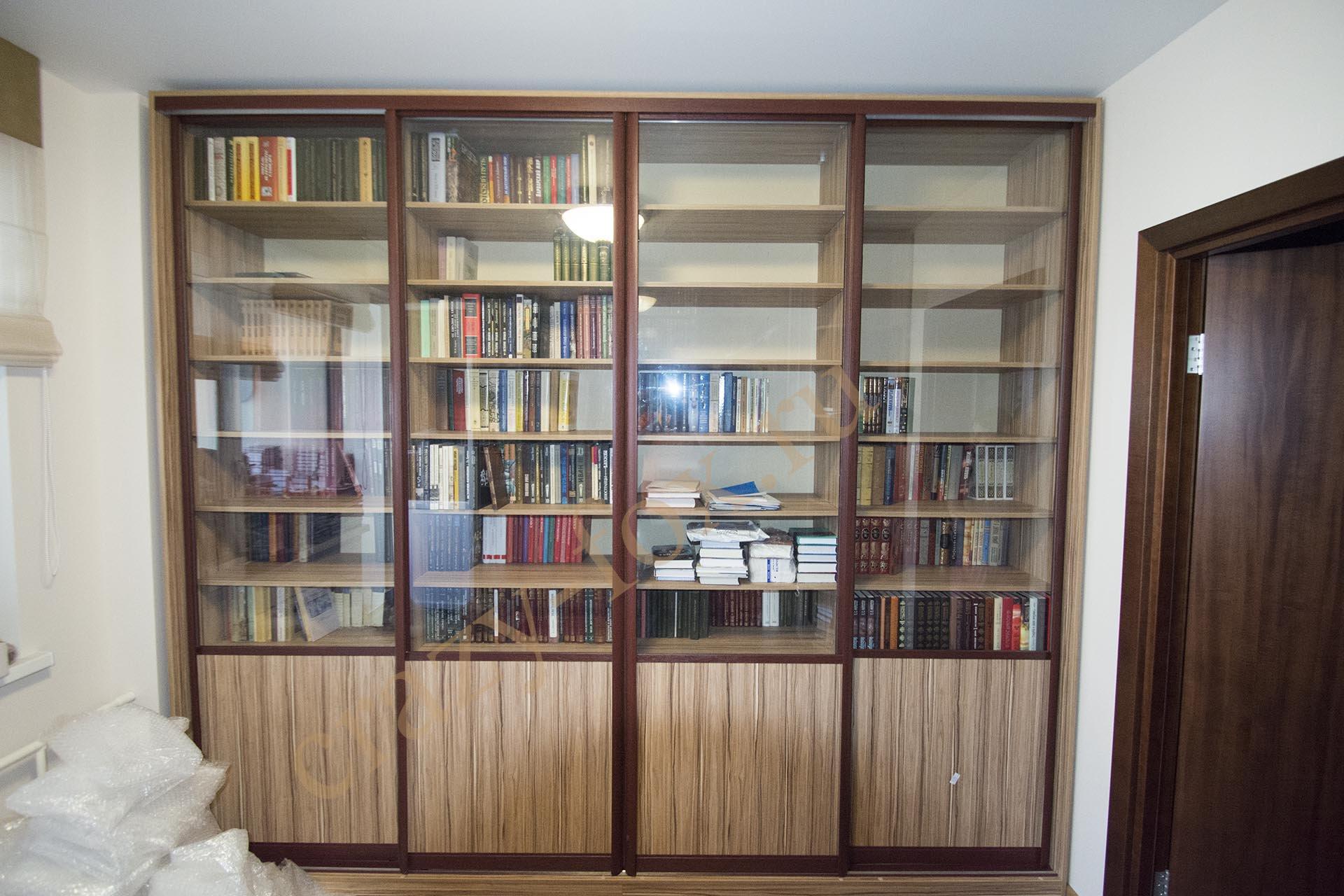 Стеклянный большой шкаф для книг