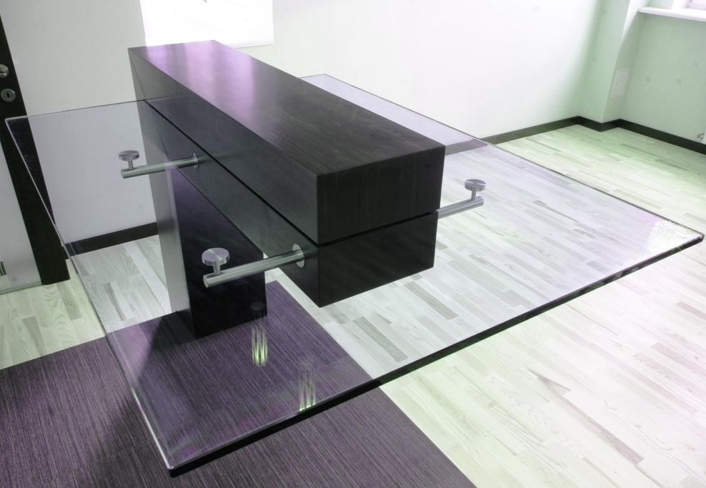 Стеклянный большой стол