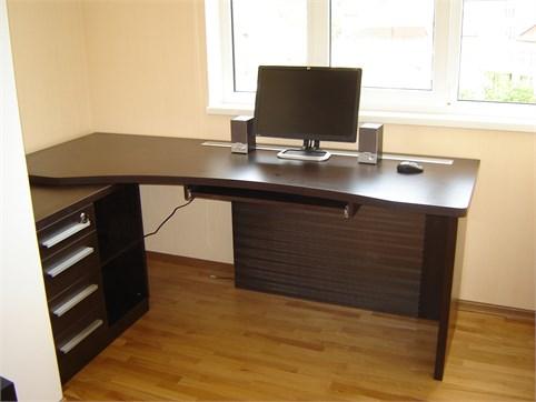 Стол для компьютера темного цвета