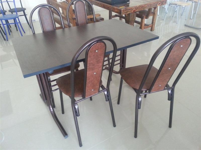 Стол и стулья на основе металла