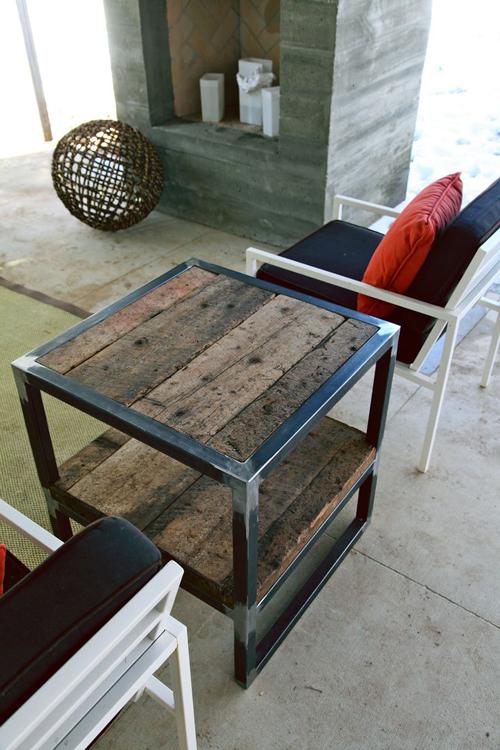 Столик на основе дерева и металла