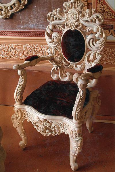 Светлые оттенки резного стула
