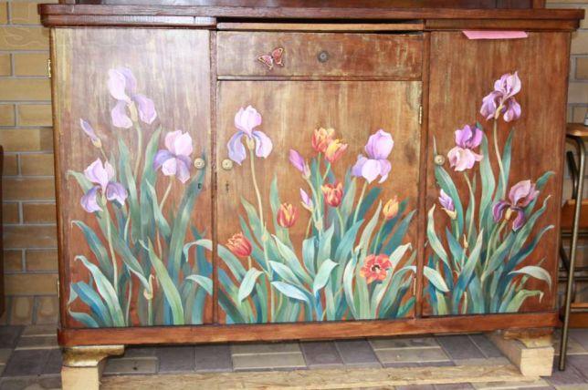 Цветы на поверхности мебели