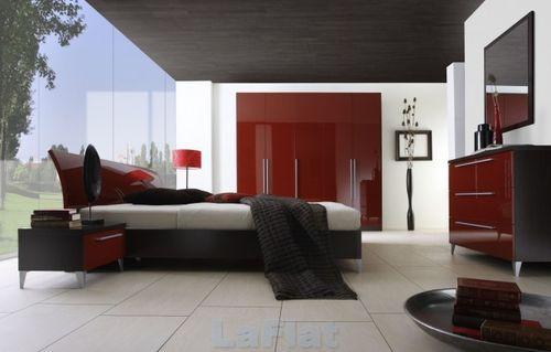 Темно-красная мебель в спальне