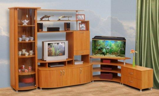 Удобная угловая мебель в гостиной комнате