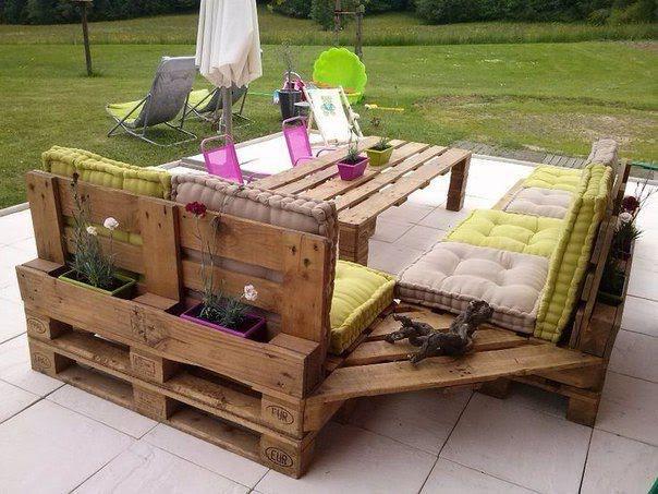 Угловой диванчик из прочных поддонов