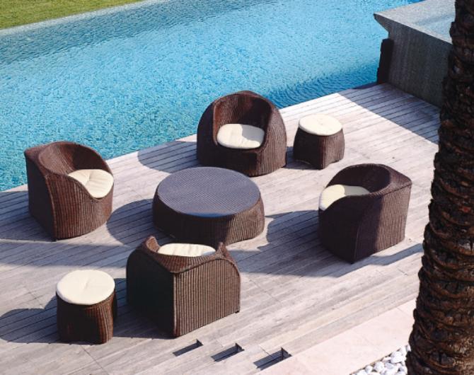 Уличная дорогая деревянная мебель