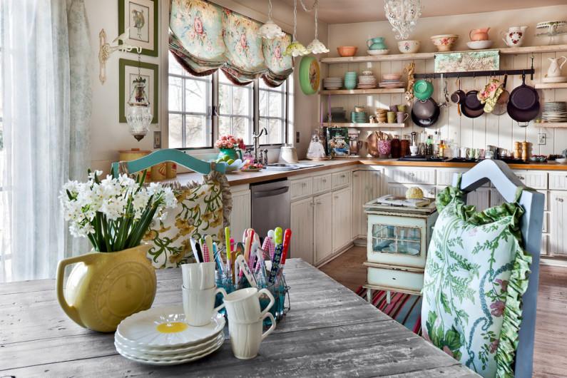 Уютная домашняя кухня в стиле кантри