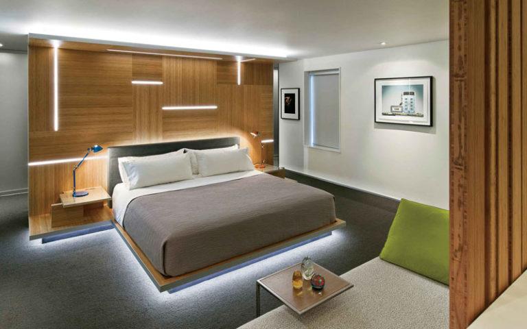 Яркая подсветка кровати в спальне