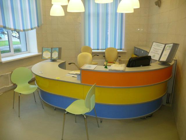 Яркий стол для детской библиотеки