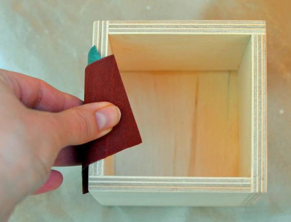 Зачищаем поверхность наждачной бумагой