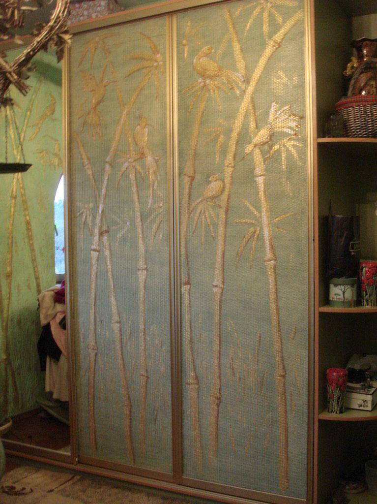 Золотые элементы декора на покрытии мебели