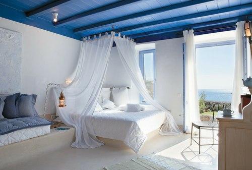 Белая двупспальная кровать с балдахином