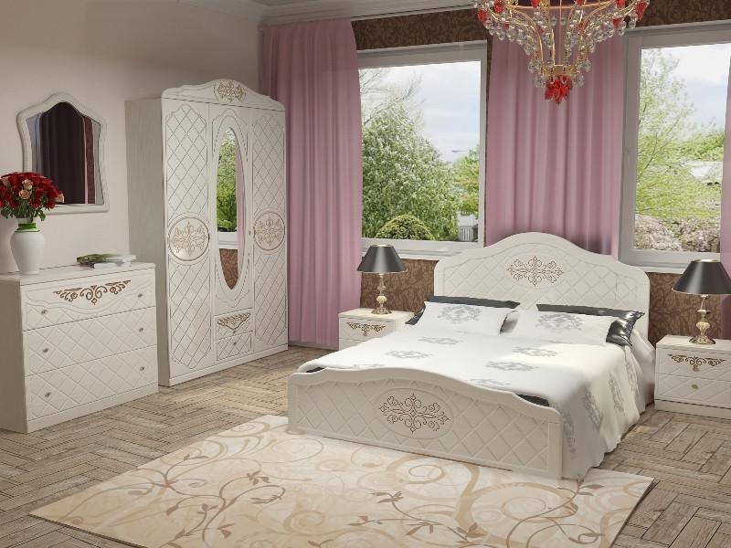 Белая двуспальная деревянная кровать