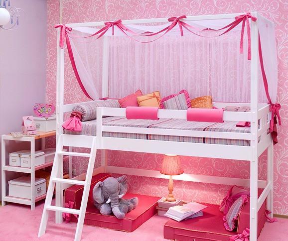 Белая кровать с двумя ярусами