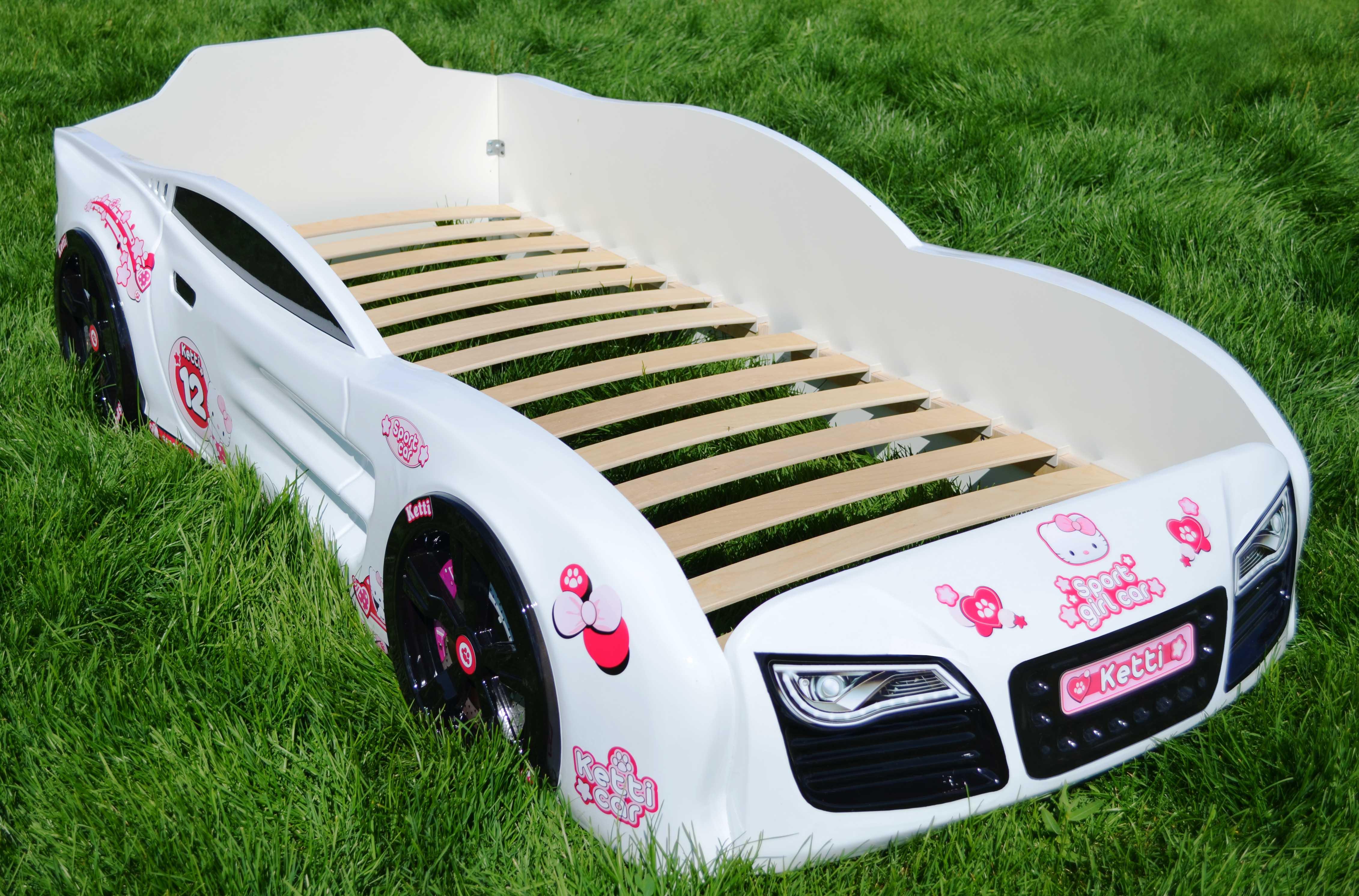 Белая кровать в виде транспорта для девочки