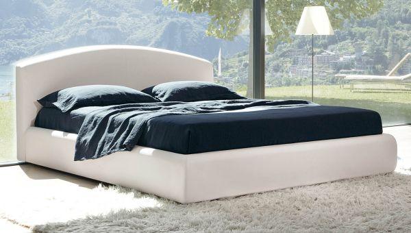 Белая мягкая кровать в оформлении модерн