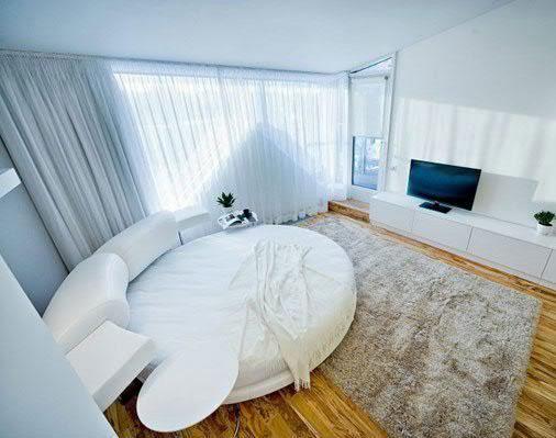 Белое изголовье кровати