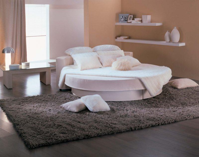 Белое спальное ложе