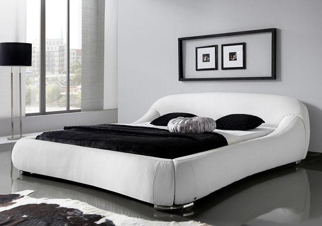 Белоснежная красивая кровать для дома