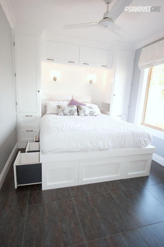 Большая белая кровать с ящиками