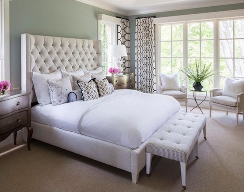 Большая белая кровать в интерьере спальни