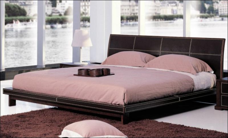 Большая двуспальная кожанная кровать
