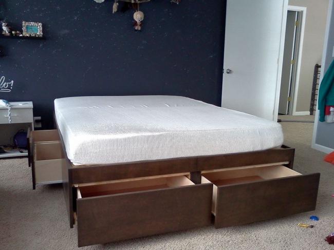 Большая двуспальная кровать без изголовья