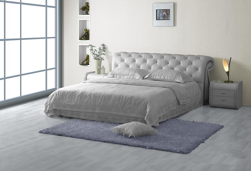 Большая кожаная двуспальная кровать