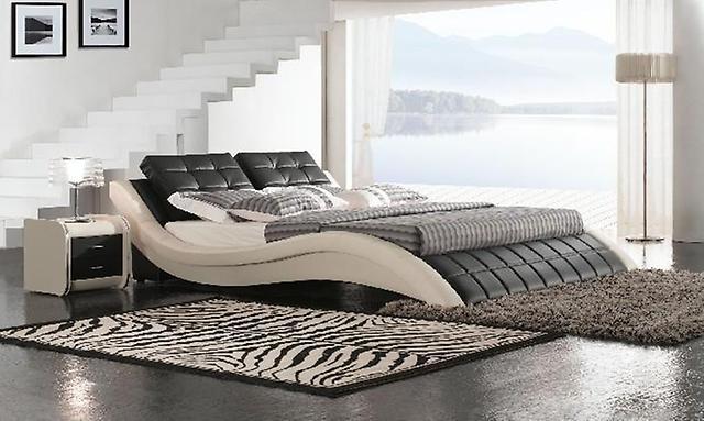 Большая кожаная кровать