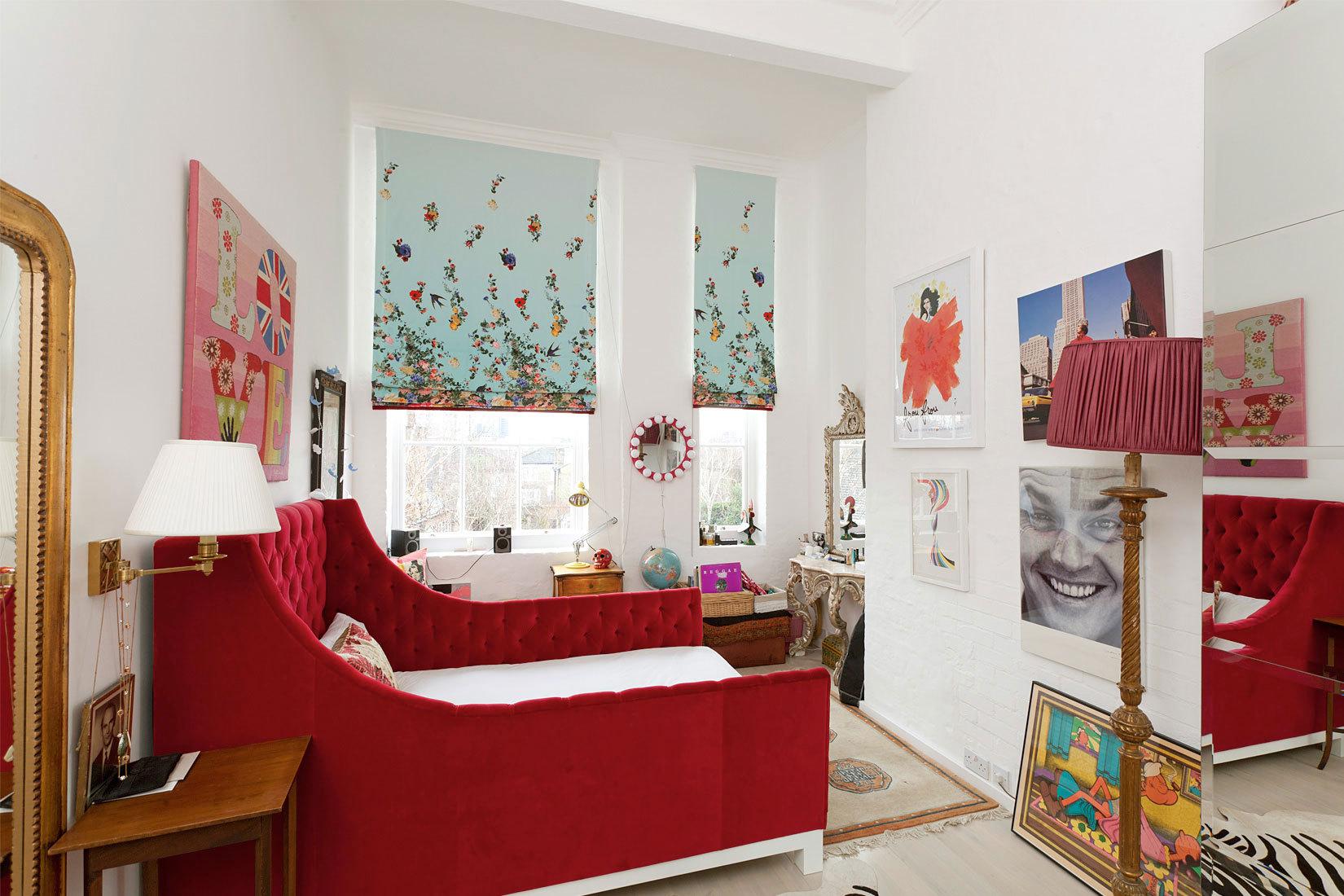 Большая красная кровать в детской