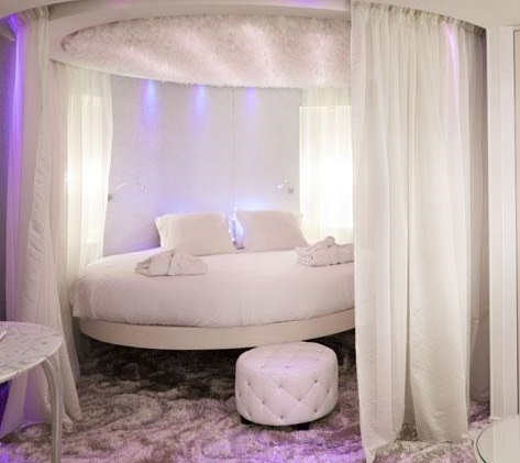 Большая кровать круглой формы