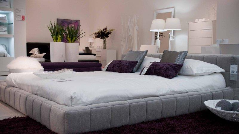 Большая кровать в современном дизайне
